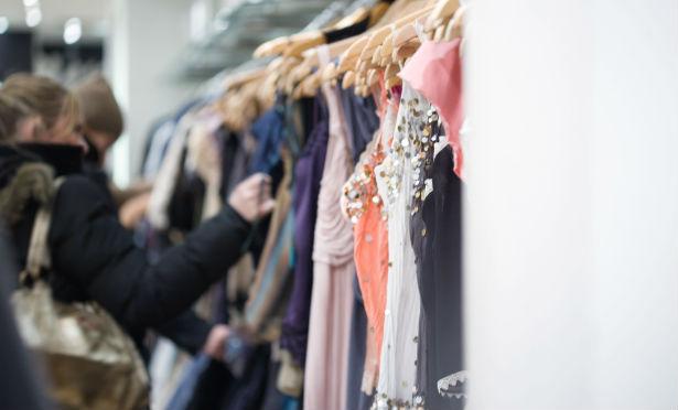fbd7ea5b Kvinden ville returnere den dyre kjole, men butikken sagde nej, de mente,  at kunden snød dem